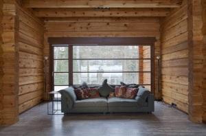Vista de sala de madera con ventana al exterior